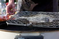Vzhledem k tomu, že je platýz poměrně hodně plochá ryba, grilujeme ho velmi opatrně, aby se nám nepřepálil. Grilujeme po dobu 10 minut z každé strany.