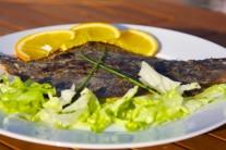 Podáváme teplé na lůžku z čerstvého salátu a barevné zeleniny. Zdobíme citronem a zelenou petrželkou, jako přílohu můžeme nabídnout čerstvé pečivo.
