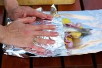 Alobal přehneme přes rybu s bramborami, pevně uzavřeme a zabalíme do úhledného ballíčku.