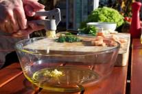 Do skleněné mísy nalijeme olivový olej a přidáme prolisovaný česnek.