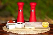 Připravíme si filety z tresky, rozpuštěné máslo, sušený tymián, mletou sladkou papriku, čerstvě namletý barevný pepř, česnekovou sůl.