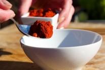 V malé misce si připravíme kořenící směs. Dáme do ní červenou papriku...