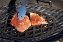 Grilujeme zprudka na mřížce Sear Grate po dobu cca 4-6 minut, dokud tresčí filety na pepři nezměknou.