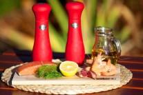 Připravíme si lososa bez kůže, vyloupané krevety, sůl a pepř. Na potírání špízu si nachystáme česnek, olivový olej, nasekaný kopr, citronovou šťávu, sůl a pepř.