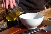 Omáčku si uděláme z olivového oleje.