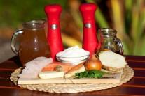 Na rybí polévku si připravíme cca 100 gramů lososa, 100 gramů tresky, dále mrkev, petržel, cibuli, celer, mouku, vývar, petrželku, muškátový oříšek, máslo, sůl a pepř.