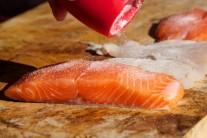 Rybí maso osolíme a opepříme.