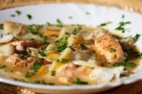Hotové rybí maso nakrájíme na menší kousky a přidáme jej do polévky.